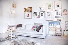 Hver lille væg i arkitekt og kunstner Line Juhl Hansens lejlighed er fyldt med billeder, der alle fortæller en personlig historie