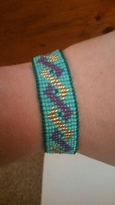 loom beading for beginners Bead Loom Bracelets, Beaded Bracelet Patterns, Bracelet Crafts, Woven Bracelets, Beaded Jewelry, Seed Bead Patterns, Beading Patterns, Beading Ideas, Collars