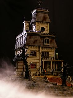 LEGO Haunted House MOC (Legohaulic) yes this is really all made of LEGO! Check out all the tiny details -incredible. Lego Haunted House, Haunted Mansion, Haunted Dollhouse, Spooky House, Lego Mansion, Casa Lego, Lego Halloween, Holidays Halloween, Lego Modular