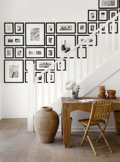 A staircase wall gallery. Ideas for how to hang pictures on the wall Inspiration Wand, Interior Inspiration, Inspiration Boards, Gallery Wall Staircase, Stairway Photo Gallery, Picture Wall Staircase, Staircase Wit, Staircase Frames, Stairway Photos
