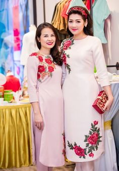 Á hậu Tú Anh mặc áo dài đôi với mẹ ở sự kiện hình ảnh 1