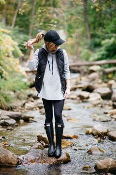 how to wear leggings - wear leggings on a rainy day, rain day outfit with hunter boots, hoodie, puffer vest, baseball cap, black hunter boots
