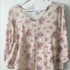 Forever 21 blouse Ladies Forever 21 blouse. Very cute Forever 21 Tops Blouses