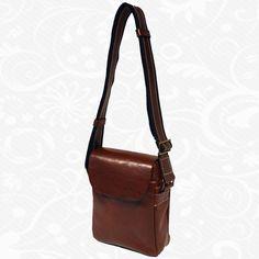 Kožená etuja je moderná a obľúbená alternatíva k batohom do školy alebo do práce. Úložný priestor tohto koženého viacúčelového púzdra tvoria vrecká na kľúče, mobil, peniaze, telefón, kreditné karty a iné drobnosti. Etuja je kvalitne vyrobená a spracovaná z kvalitnej prírodnej kože. Má klasický elegantný dizajn a zaručuje komfortné prenášanie vecí.  19 x 23 x 8 cm  http://www.vegalm.sk/produkt/kozena-etuja-c-8365/