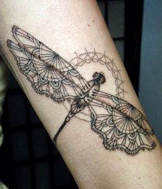 Tattoo géométrique d'une libellule https://tattoo.egrafla.fr/2016/02/04/modeles-tatouage-libellule/                                                                                                                                                                                 Plus