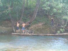 Bellin, equilibrio sobre el rio Urederra cerca de casa rural Belastegui.
