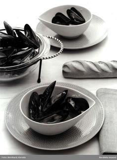 """DigitaltMuseum - Dukning, maträtt med musslor. Servis """"Blå eld"""" från Rörstrand."""