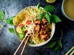 Malesialainen tofulaksa (V, GF) – Viimeistä murua myöten Meat Recipes, Vegetarian Recipes, Healthy Recipes, Vegan Meals, Vegan Food, Laksa, Warm Food, Food Pictures, Food Pics