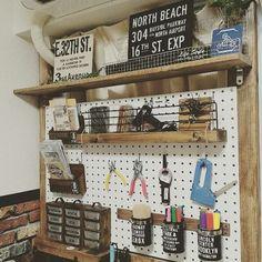 壁を収納に使って、スペースを有効に使いましょう!賃貸でも大丈夫!ペグボードにダボをさして自由自在に棚が作れて便利ですよ。