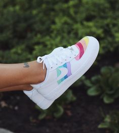 Tennisschuhe Outfit, Loafers Outfit, Tennis Shoes Outfit, Outfit Work, Outfit Ideas, Sneakers Box, Custom Sneakers, Rainbow Sneakers, Work Sneakers