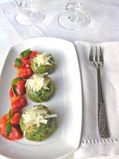 Gnudi di ricotta e spinaci, tipici della Maremma, e Grana Padano con contorno di pomodorini spadellati.