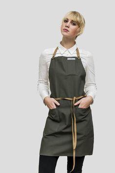 Dette forklæde har en smart justerbar nakkestrop – med metalklemmer. Håndlavet i Canada i fineste kvalitet. Brandhæmmende stof og læderstroppe som kan maskinvas