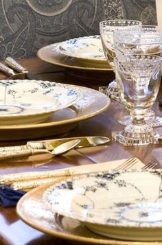 . Elegant Table Settings, Beautiful Table Settings, Good Table Manners, Antique Dishes, Love Your Home, Royal Copenhagen, Tablescapes, Pink And Gold, How To Memorize Things