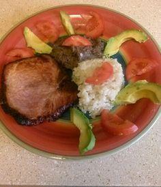 Cena! 1 chuleta ahumada al horno 1 cuchara de arroz integral 1 cuchara de frijoles 1/2 aguacate 1/2 tomate