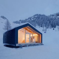 Using a custom-designed structure, LEAPfactory has constructed a new building for a ski and snowboard school beside the highest mountain in the Alps.