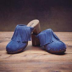 Unser Model HALMA in der Farbe Jeans - ein Kombinationstalent, das in keinem Schuhschrank fehlen sollte! #softclox #clogsofinstagram #clogs #fringes #fransen #seventies