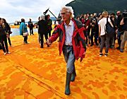 Christo e The Floating Piers: all'alba si camminerà sull'acqua|Video: la passerella provata per voi