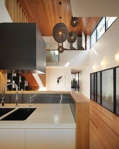 An example of dynamic modern architecture at its best, Wilden Street house is a conversion of a derelict pre-war cottage in Paddington, Brisbane, Australia. Kitchen Wallpaper, Street House, Interior Decorating, Interior Design, Bedroom Lighting, Trends, Kitchen Lighting, Kitchen Interior, Retro