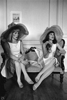 Styles de Chapeaux - La Capeline - Depuis les Années 60 et le Film Les Demoiselles de Rochefort en 1967, la Capeline est Devenue l'Accessoire Incontournable des Femmes Elégantes dès les 1ers Rayons de Soleil - Catherine Deneuve et Françoise Dorléac