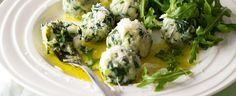 Nechte se inspirovat italskou kuchyní a připravte si špenátové noky s tvarohem posypané parmazánem. 1) Špenát spařte vroucí vodou, pak jej nechte...