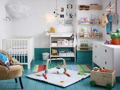 Baby op komst: met accessoires, gekleurde meubelen en posters kan je de kamer een duidelijk (kleur)thema geven | IKEA IKEAnl IKEAnederland inspiratie wooninspiratie interieur wooninterieur kinderkamer babykamer kinderen baby GULLIVER commode babybedje bedje kinderbedje LEKA babygym speelgoed