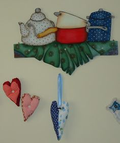 Pintura country e corações de tecido.