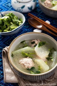 Winter melon soup with pork meatball - a soothing and comforting dish that is high in nutrition and only contains 150 calories per serving. Chinese Soup Recipes, Curry Recipes, Asian Recipes, Ethnic Recipes, Vietnamese Recipes, Winter Melon Soup, Herb Soup, Melon Recipes, Meatball Soup