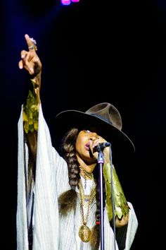 Erykah-Badu.com a women that writes and sings from the language of the heart and world