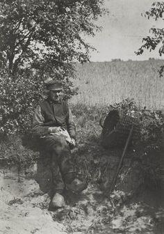 Willem Vos in werkkleding en met een pruimpje tabak. Blaricum 1928 #Blaricum #Gooi #NoordHolland
