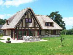Vakantiehuis CV70 in Calvados, Normandië. Vrijstaand in 2007 gebouwde rietgedekte woning. Modern en sfeervol ingericht.  Ook geschikt voor minder validen.