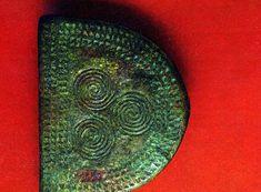 Рис. X. Поясная пряжка полукруглой формы с геометрической орнаментацией. Длина 6,9 см. Середина I тысячелетия до н. э. Кобанский могильник       (Северная     Осетия).    (1360/64)