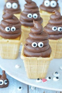 Drollen cakejes in ijsbakje als kindertraktatie, zooo cute! Poo cakes like icecream or on cupcakes.