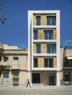 Fachada Principal ,vista frontal al mediodia. Juego de huecos y sombras en la composición de la fachada y en el volumen volado.