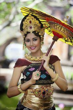 Beautiful woman from Bali Folk Costume, Costumes, Beautiful People, Beautiful Women, Foto Fashion, Style Fashion, Beauty Around The World, Ethnic Dress, People Of The World
