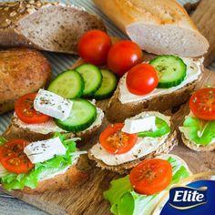 ¡Disfruta de un desayuno saludable!  Necesitas: -Bolillos -Queso Panela -Tomate -Lechuga -Cebolla -Pepino  Mezcla los ingredientes como en la foto y ¡listo!