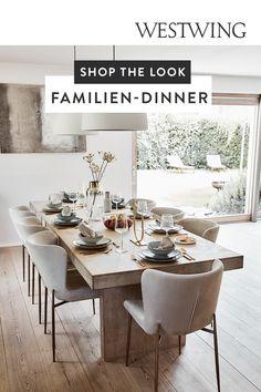 Es muss nicht immer ein Restaurantbesuch sein, zuhause ist es viel gemütlicher! Die Zutaten für ein entspanntes Dinner mit Freunden oder der Familie? Eine lange Holztafel, dazu bequeme Samtstühle, die auch nach dem Dessert zum Verweilen einladen. Aufgetischt wird Geschirr im charmanten Handmade-Look, goldfarbenes Besteck ist glamourös und ein echtes Highlight. Tipp: Beim Styling eine helle Farbwelt wählen, das wirkt classy und elegant!/Westwing Esszimmer Möbel Esstisch Stühle Familie…