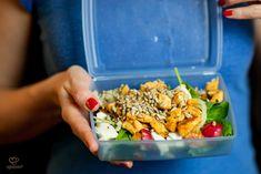 Prosta sałatka z kurczakiem bez majonezu - Lunch Box Fried Rice, Mozzarella, Pasta Salad, Lunch Box, Healthy Recipes, Healthy Food, Ethnic Recipes, Blog, Diy