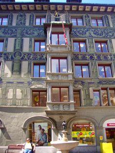 Hirschenplatz. O prédio antigo, a loja nova e o bebedouro!