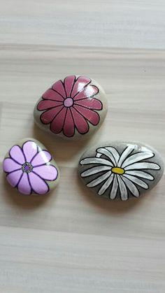 Blomster malet på sten med posca tusser