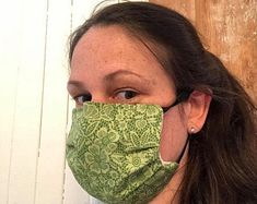 masque en coton vert et dentelle Lisa Marie, Baseball Hats, Fashion, Green Cotton, Face Peel Mask, Protective Mask, Fabrics, Lace, Face