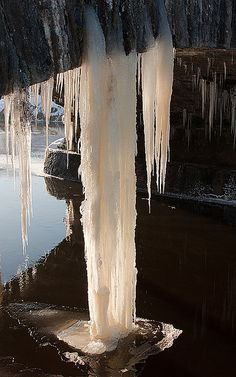 Icicles Monasterevin 241210_9, via Flickr.