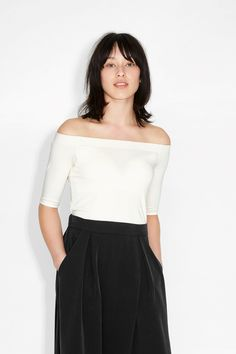 Perfection incarnate. A form-fitting, off-the-shoulder top that can go from casual to clubbing and back again. A firm elastic strap keeps the neckline exactly where you want it. colour: cream of peaches In a size small the chest width is 76 cm and the length is 41 cm. The model is 170 cm and is wearing a size small.