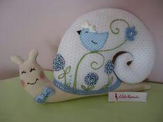Crea hermosos caracoles de tela con este molde Felt Crafts, Fabric Crafts, Diy Crafts, Pin Cushions, Pillows, Home Comforts, Sewing Accessories, Soft Sculpture, Nursery Prints