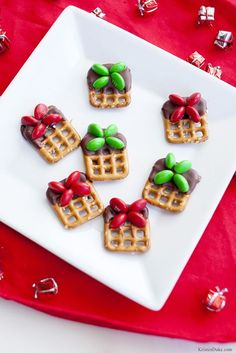 Christmas Present Pretzel Treats – Fun Christmas treats for neighbors - Christmas Desserts Christmas Pretzels, Christmas Deserts, Christmas Appetizers, Noel Christmas, Christmas Goodies, Christmas Candy, Holiday Cookies, Holiday Treats, Holiday Recipes