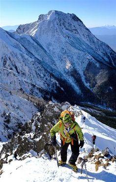 八ケ岳連峰の主峰、赤岳へ向かい、尾根を登る登山客。奥は阿弥陀岳 =長野県茅野市(早坂洋祐撮影) / 八ケ岳連峰で新春の歩み「富士山もきれいに見える」 / 産経ニュース #八ヶ岳 #山 #登山 #Mountain