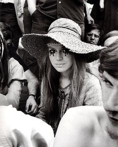 MAÑANA DE BLUES Y ROCK de lunes a Viernes en la radio. Visita www.radiodelospueblos.com y escúchanos por internet !!!  Rocking Romance: Rolling Stones concert, 1969. #edgywedding