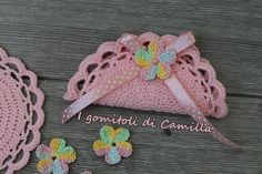 Sacchettino mezzaluna a uncinetto con archetti   I gomitoli di Camilla Sweet Box, Crochet Accessories, Doilies, Flower Patterns, Mini Bag, Fashion Bags, Wedding Favors, Knit Crochet, Diy And Crafts