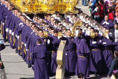 Semana Santa in Málaga. Soms wel 150 costaleros per trono. De paso's in Málaga kunnen wel 9 meter hoog zijn en tot 6 ton wegen. Heftig!