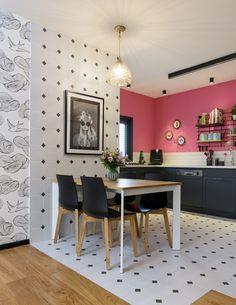 השיער הוורוד של הדיירת לא השאיר מקום לספק – בדירה הזאת אפשר להתפרע. מטבח ורוד פוקסיה, סלון טורקיז וטפט עם פילים הם רק חלק מהעיצוב. עיצוב: שני רינג