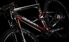 Pinarello ha presentato la nuovaDogma XM 9.9MTB full-suspension in carbonio da 29 pollici che ripr